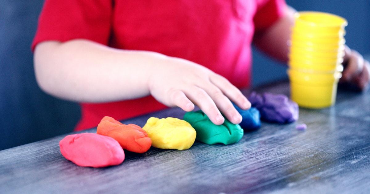 bambino che gioca con colori nella scuola dell'infanzia e primaria: quante domande sono state presentate per il concorso?