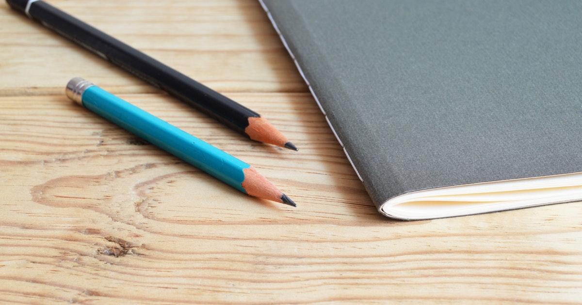 scrivania di studente per specializzazione sostegno in attesa di pubblicazione dei bandi