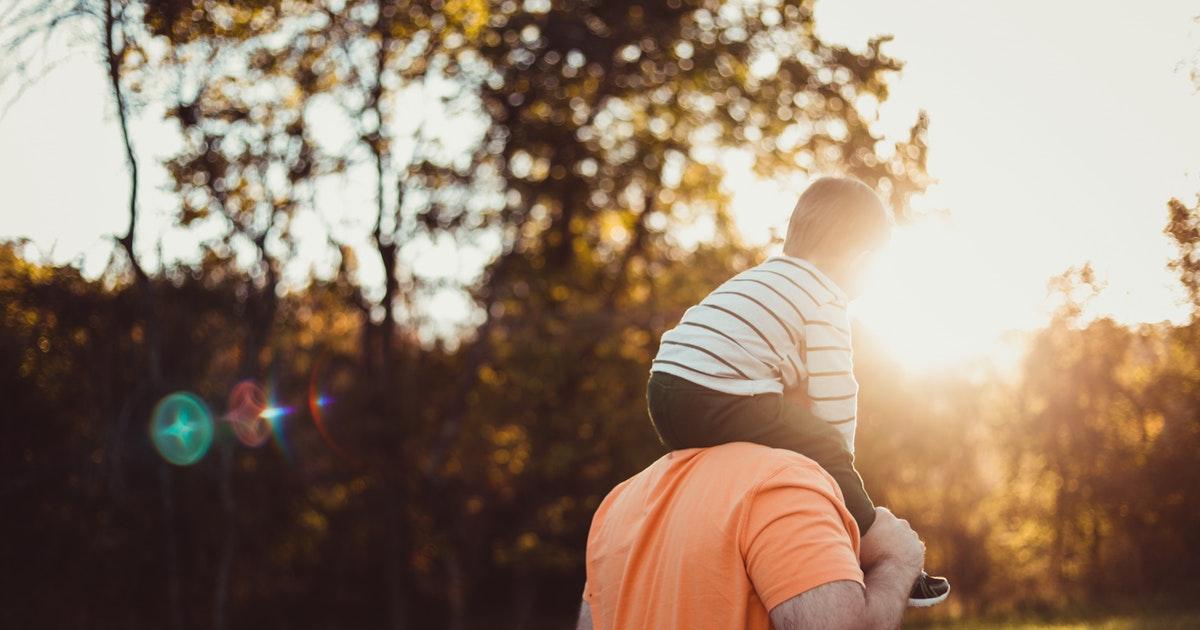 papà con bambino in congedo paternità
