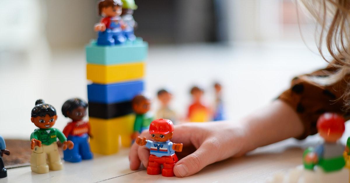 bambina che gioca nella scuola dell'infanzia e primaria