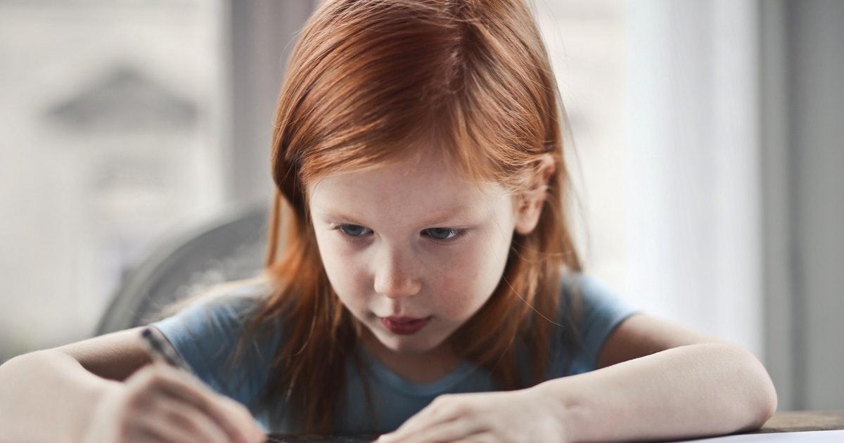 bambina di scuola primaria che fa i compiti