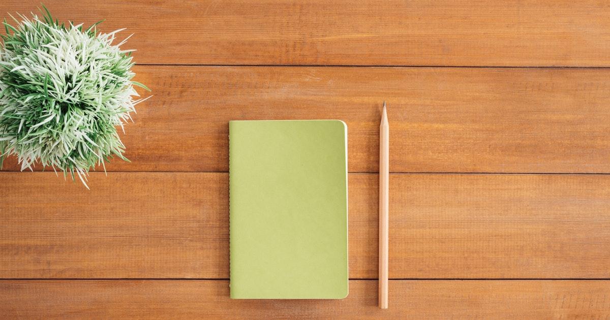 scrivania di docente che partecipa ai pan per abilitati nel sostegno