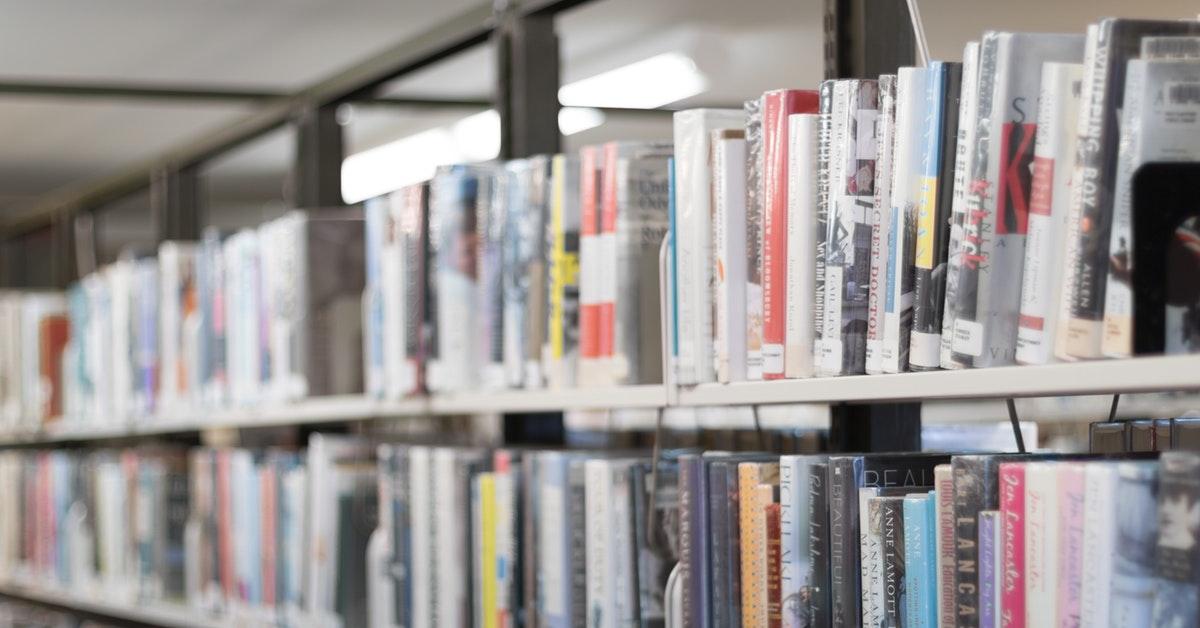 libreria della scuola in cui lavora personale ata